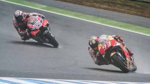 Dovizioso se impone a Márquez en la última vuelta